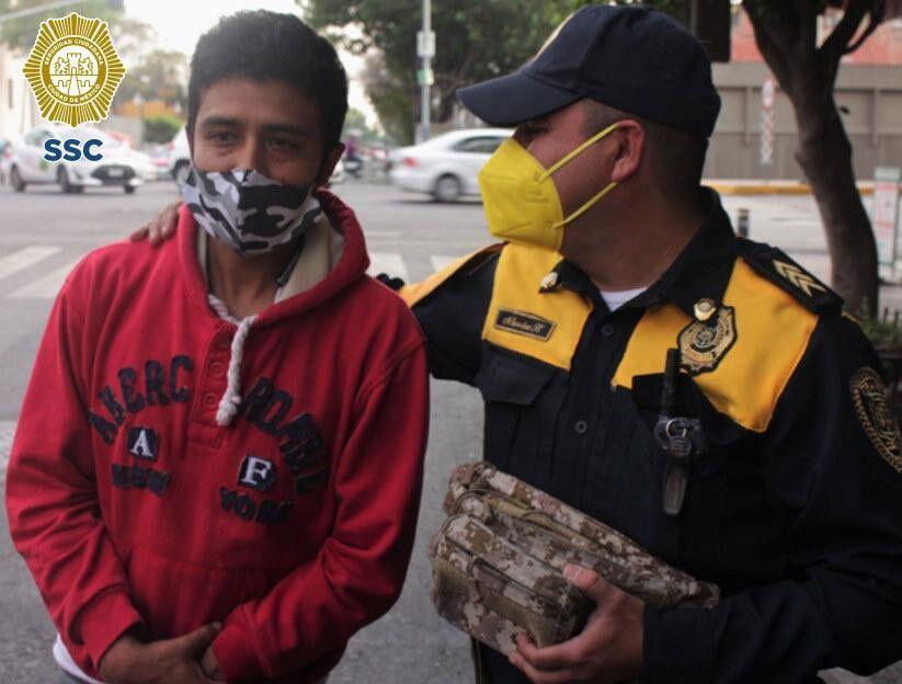 Un policía de la CDMX devolvió una mochila con 30,000 pesos a su propietario (Foto: Twitter@SSC_CDMX)