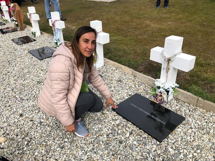 Lorna Márquez arrojó las cenizas de la madre de Rubén Márquez, junto a la tumba del soldado