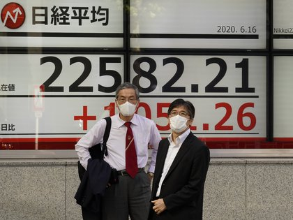 El Nikkei subió gracias al yen y la recuperación de mercados chinos (EFE/EPA/KIMIMASA MAYAMA)