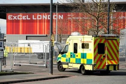 Una ambulancia llega al hospital Nightingale en Londres (Reuters)
