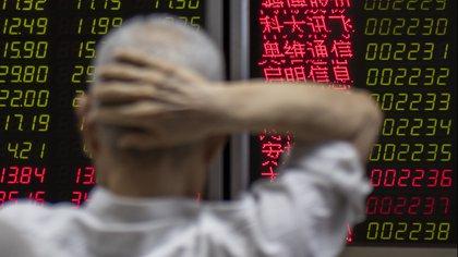 Un inversor revisa los índices en Beijing (AFP)