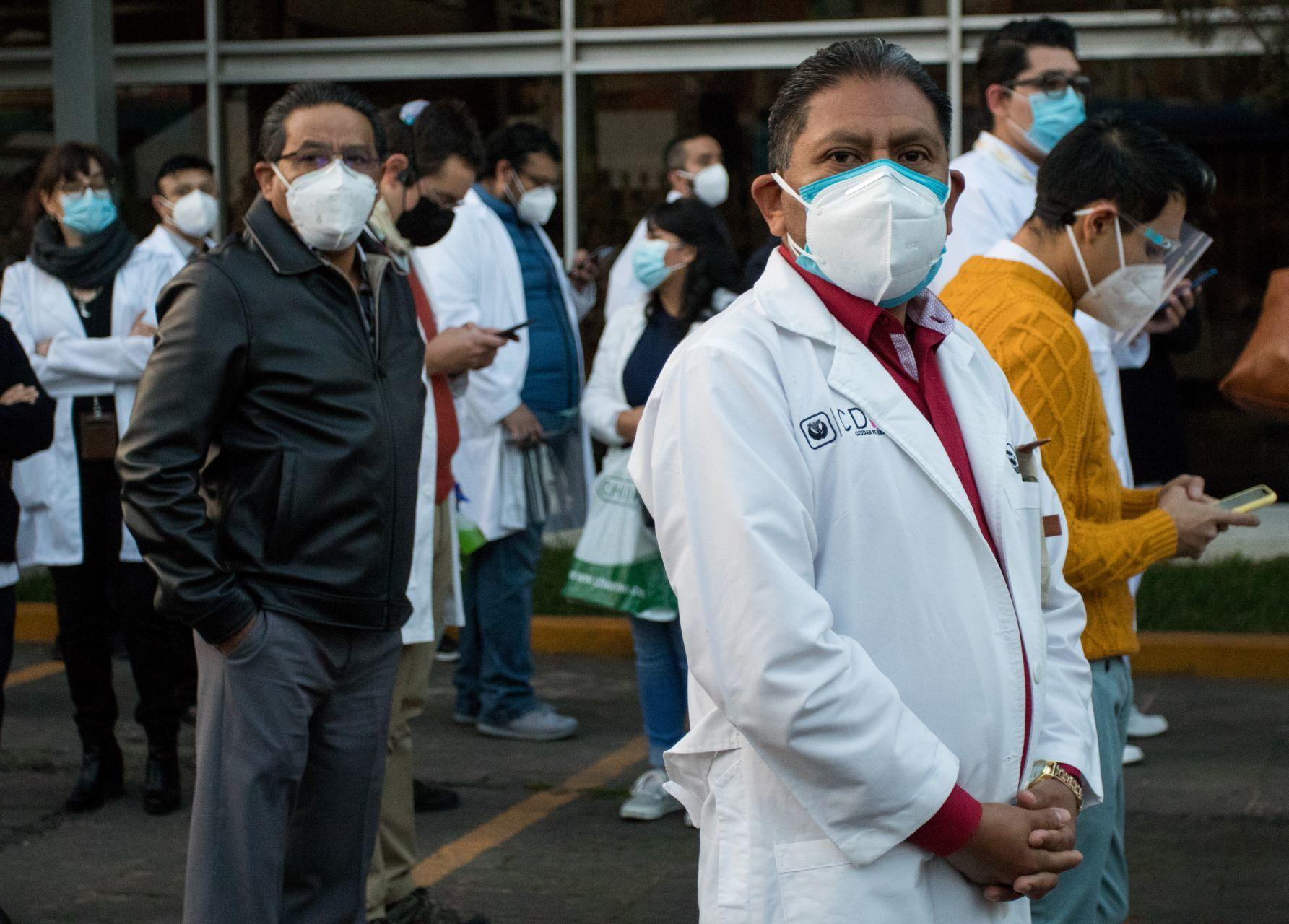 Médicos hacen fila para ingresar al Hospital General de México para aplicarse la vacuna contra Covid-19.