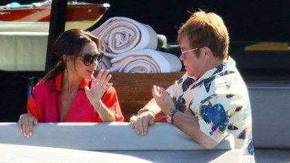 Victoria Beckham y Elton John (Grosby)