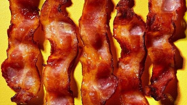 La panceta, tocino, tocineta o bacón es un producto cárnico que comprende la piel y las capas que se encuentran bajo la piel del cerdo o puerco. Foto: Stacy Zarin Goldberg para The Washington Post.