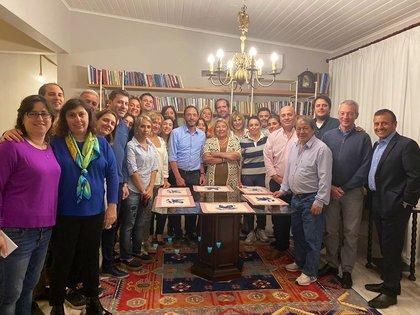 Elisa Carrió, ayer por la noche, junto a los principales dirigentes de la Coalición Cívica, en su casa (@Maxiferraro)