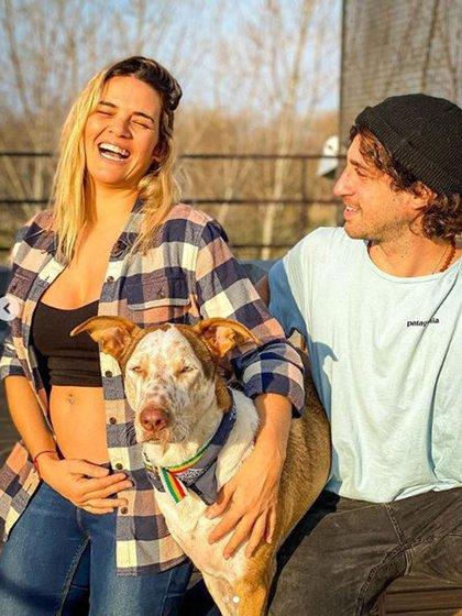 """La ex """"Chiquititas"""" junto a su pareja y su perro, Poncho"""