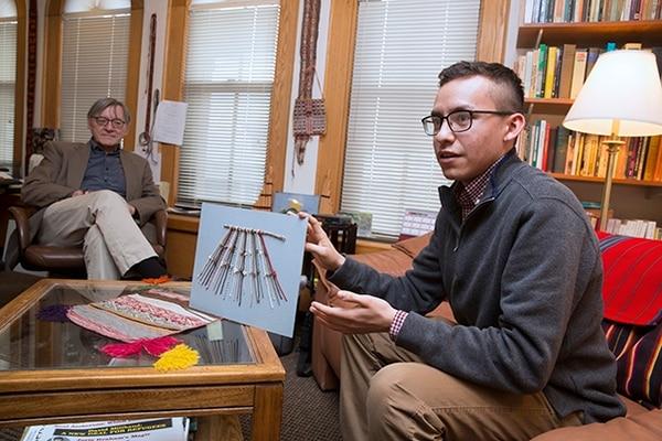 Manny Medranocon un modelo de quipus. A su lado, el profesorGary Urton (Jon Chase/Harvard)