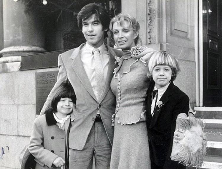 Pierce Brosnan con Cassandra Harris y los dos hijos de ella en su casamiento