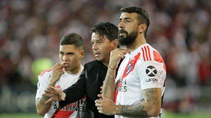 Pratto y Quinteros escuchan atentamente las indicaciones de Gallardo en el encuentro ante Almagro por la Copa Argentina. Foto NA: Delfo Rodriguez