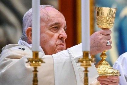 El Papa Francisco sostiene el cáliz mientras celebra la Eucaristía durante la Misa como parte de la Jornada Mundial de la Juventud, en la Basílica de San Pedro, en la Ciudad del Vaticano. 22 de noviembre de 2020. Vincenzo Pinto/Pool vía REUTERS