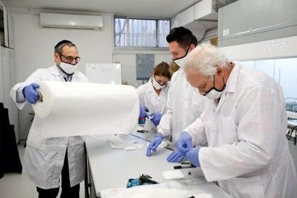 Europa puso en marcha un ensayo clínico de cuatro tratamientos experimentales contra el coronavirus, entre 3.200 pacientes de varios países del continente (REUTERS/Amir Cohen/File Photo)