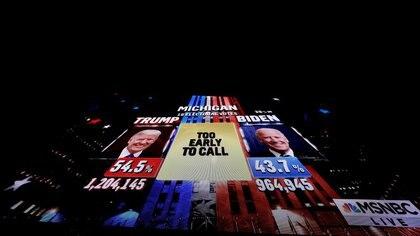 Una proyección gigantesca muestra cómo marcha el recuento en Michigan en la carrera presidencial entre el presidente republicano Donald Trump y el aspirante demócrata Joe Biden en Wilmington, Delaware (REUTERS/Brian Snyder)
