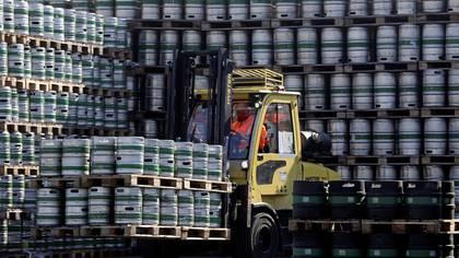 Miles de barriles de la cervecería checa Pilsner Urquell permanecen acumulados en su planta de Plzen, en la República Checa.