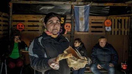 Todos llevan lo que pueden a los campamentos, donde también se reciben donaciones (Aníbal Aguaisol)