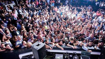 """Más de 3 mil personas bailaron hoy sin barbijos ni distanciamiento social pero con testeos negativos por COVID-19 en Circus Disco, una discoteca en Liverpool, Reino Unido, en el gran evento denominado """"The First Party"""" (Twitter: @CultureLpool)"""