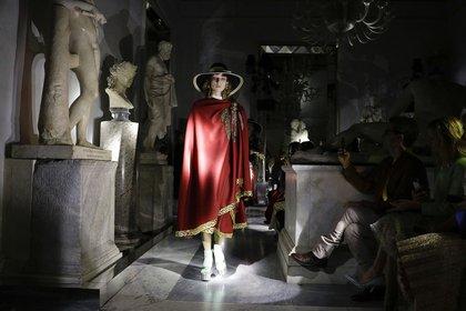 Las capas no faltaron en la colección liderada por Alessandro Michele. Con terminaciones exquisitas, envivados y bordados de piedras, la colección crucero fue en los Museos Capitolinos en Roma (AP Photo/Andrew Medichini)