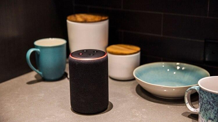 Amazon.com Inc. emplea a miles de personas en todo el mundo para ayudar a mejorar el asistente digital Alexa (Bloomberg)