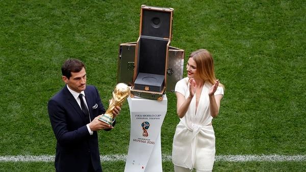 Iker Casillas fue el encargado de presentar el trofeo junto con la modelo Natalia Vodiánova (AP)