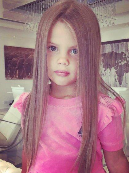 Francesca suele tener el pelo ondeado y con algunos rulos.