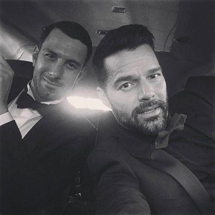 """En secreto y con un acuerdo prenupcial, así se casaron Ricky Martin y Jwan Yosef. """"¡Me siento muy bien! No puedo presentarlo como mi prometido. No puedo. Es mi esposo, es mi hombre"""" compartió Ricky en las redes. Hoy viven juntos en Los Ángeles, donde crían a los gemelos Matteo y Valentino."""