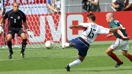 Ambriz fue parte del cuerpo técnico de México durante el Mundial de 2002, donde cayeron eliminados en octavos por EEUU (Foto: AP)