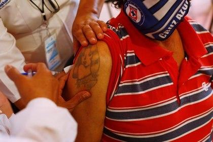 An elderly man receives the AstraZeneca coronavirus disease (COVID-19) vaccine, during a mass vaccination program in Ciudad Juarez, Mexico April 12, 2021. REUTERS/Jose Luis Gonzalez