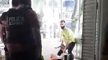 El momento previo a ser baleado por la policía