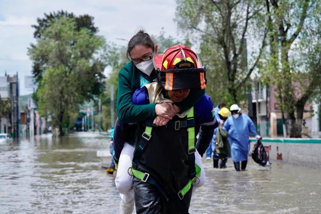 Cuerpos de rescate salvaguardan la vida de pacientes, sus familiares y personal del IMSS. (Foto: Twitter/@IMSS_HGO)