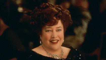 """Bates como Molly Brown, en """"Titanic"""" (1997)"""