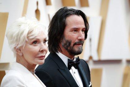 Keanu Reeves con su madre Patricia Taylor posando en la alfombra roja