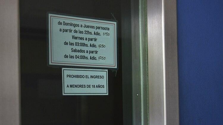 """El albergue transitorio Costa Azul, donde se desvaneció la menor: """"Prohibido el ingreso a menores de 18 años"""" (Fotos: Gustavo Gavotti)"""