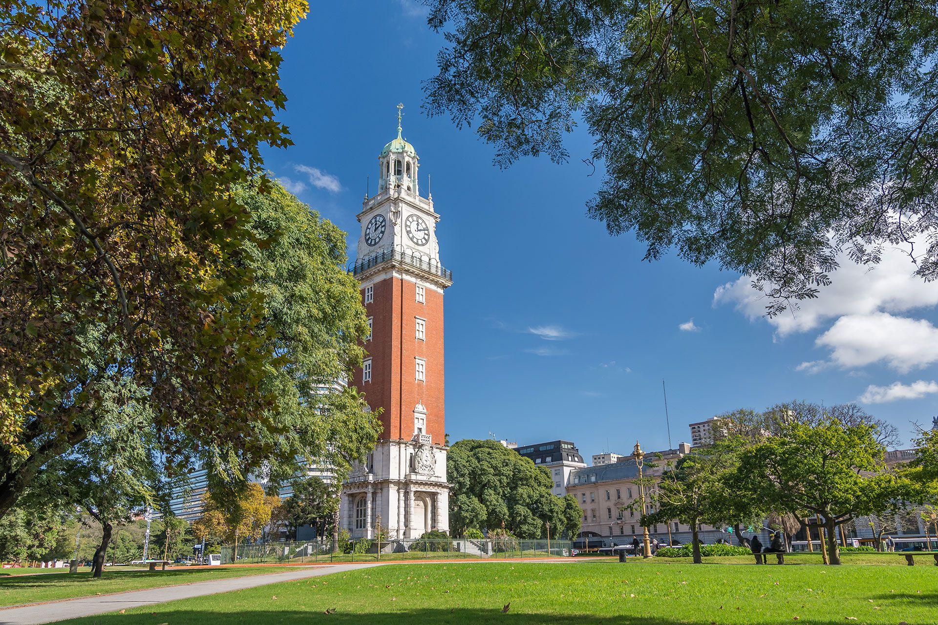 Conocida popularmente como la Torre de los ingleses su verdadero nombre es Torre Monumental, tiene casi 70 metros de altura y alberga una réplica del reloj Big Ben de Londres