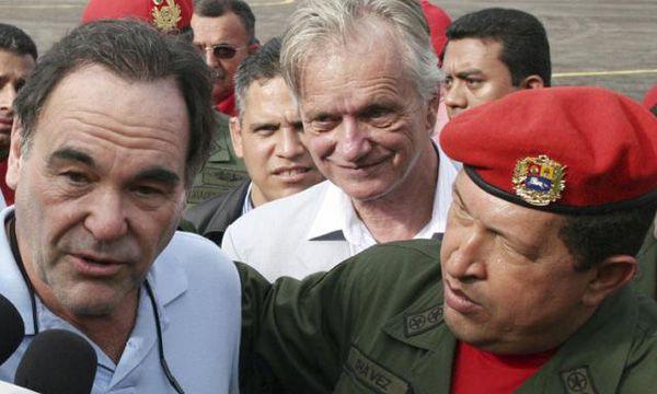 Oliver Stone y Hugo Chávez: el traductor de los encuentros fue Max Arvelaiz