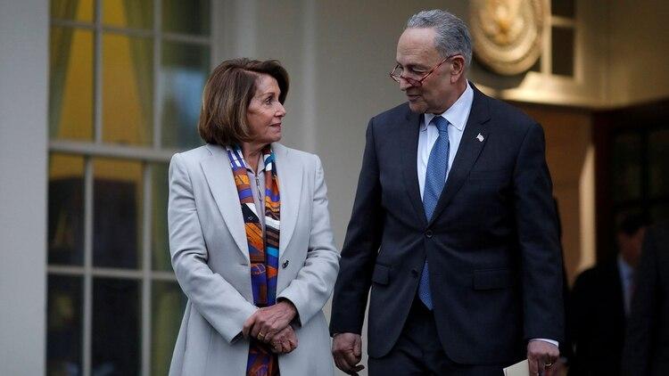 Nancy Pelosi y Chuck Schumer después de la reunión frustrada con Donald Trump (Reuters)