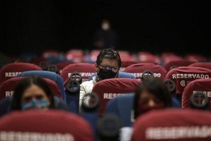 En el caso de la Cineteca Nacional, además del límite de ocupación, las funciones comenzarán a partir de las 14:00 horas durante la semana y los fines de semana se mantendrá el horario habitual (Foto: Reuters/Henry Romero)