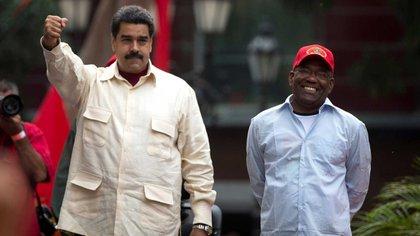 Maduro junto su vice, Aristóbulo Istúriz (AP)