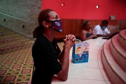 Un hombre con una mascarilla reza en la catedral de Managua, en Nicaragua (REUTERS/Oswaldo Rivas)
