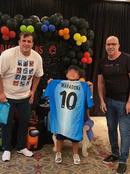 Dieguito Fernando Maradona con Gustavo y Fernando Pitasi (Foto: @dugranados)