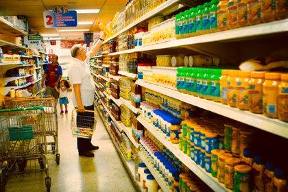 Venezolanos en un supermercado. Allí es cuando deben decidir qué comprar, cuánto y qué marcas. La hiperinflación atenta minuto a minuto contra su bolsillo