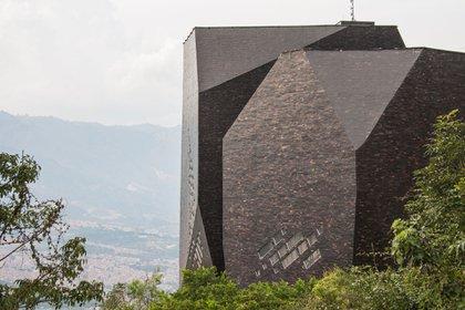 El Parque Biblioteca España está ubicado en el barrio de Santo Domingo Savio, en la comuna 1, al noroeste de Medellín. Fue diseñada por el arquitecto colombiano Giancarlo Mazzant (Shutterstock)