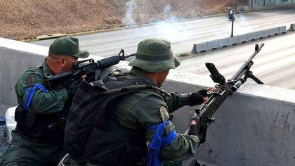 Dos oficialles desde el elevado de Altamira durante los sucesos del 30 de abril en la Operación Libertad