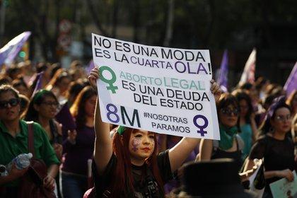 En esta fotografía de archivo del  8 de marzo de 2019, una manifestante sostiene en lo alto un cartel de apoyo a la despenalización del aborto durante una movilización de feministas el Día Internacional de las Mujeres en la Ciudad de México. (Foto: Rebecca Blackwell/AP)