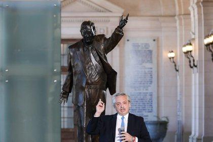 Alberto Fernández, este mediodía, con la estatua de Néstor Kirchner a su espalda
