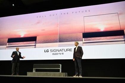 El vicepresidente senior de LG, David VanderWaal, y el director sénior de marketing de entretenimiento para el hogar de LG, Tim Alessi , presentaron el OLED TV R, una televisión enrollable (AFP)