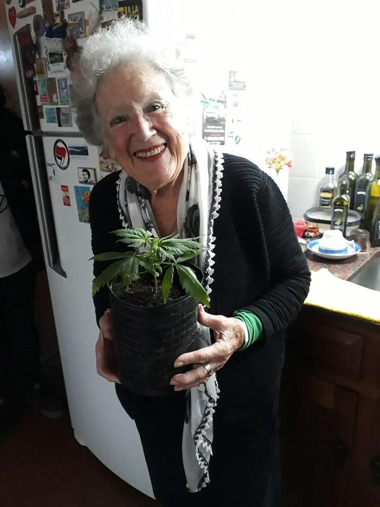Nora Cortiñas, en su casa, con una de sus plantas de cannabis