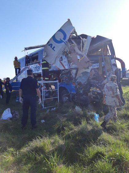 Las cuatro personas murieron en el lugar del accidente. Otros seis heridos de gravedad están siendo atendidos en el Hospital Centenario de Gualeguaychú