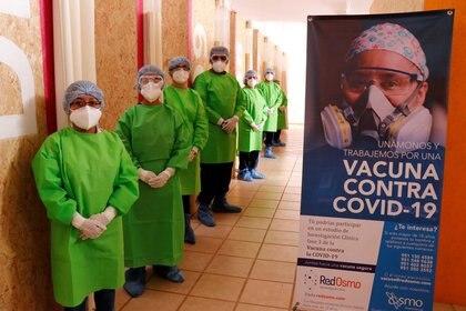 Los trabajadores médicos son atendidos antes de administrar una prueba de vacuna en etapa tardía, de la compañía farmacéutica china CanSino Biologics Inc., contra la enfermedad del coronavirus (COVID-19) a voluntarios, en Oaxaca, México, el 6 de noviembre de 2020.REUTERS / Jorge Luis Plata/ Foto de archivo