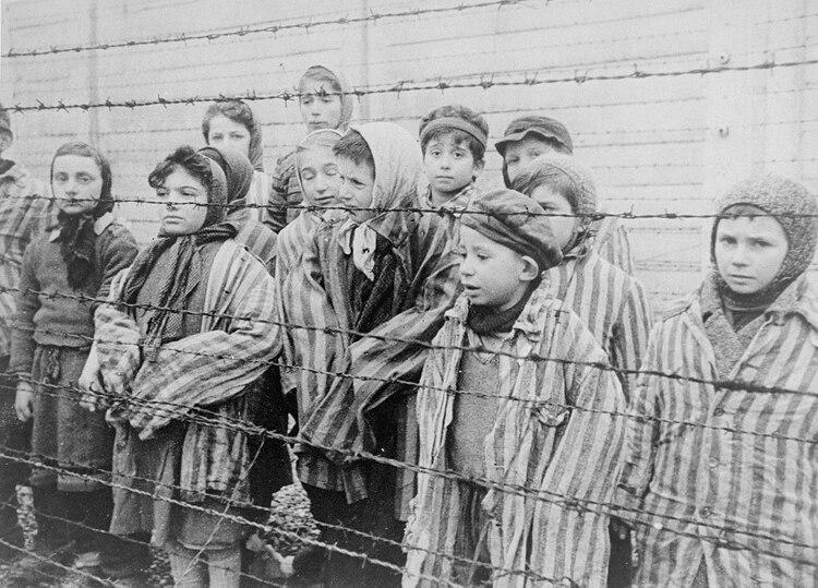 Los prisioneros con sus trajes a rayas