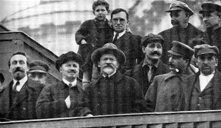Nikolai Bujarin (segundo desde la izquierda), con Rykov, Kalinin, Uglanov, Stalin y Tomsky en la tumba de Lenin, 1927 (Fuente: Marxists.org)