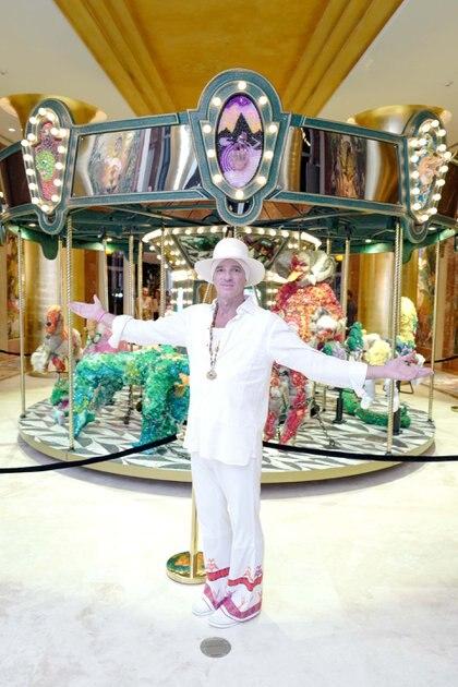 """Alan Faena en la instalación tipo carrousel """"When I look into your eyes I see the sun"""", de Raúl de Nieves, en Miami (Cortesía Faena)"""